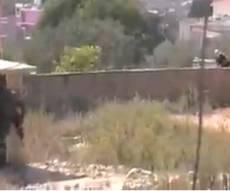 """צפו: קרב יידויי אבנים בין מחבל  לחייל צה""""ל"""