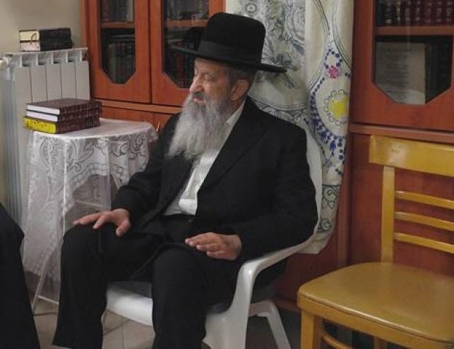 הרב בן ציון מוצפי במהלך ה'שבעה' על אחותו