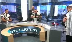 המגישים וחברי הפאנל הניחו תפילין בשידור