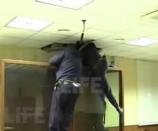 צפו: הנאשם ברצח ניסה לברוח דרך התקרה