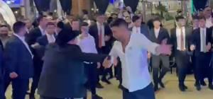 אורח בחתונה החרדית: הזמר משה פרץ; צפו