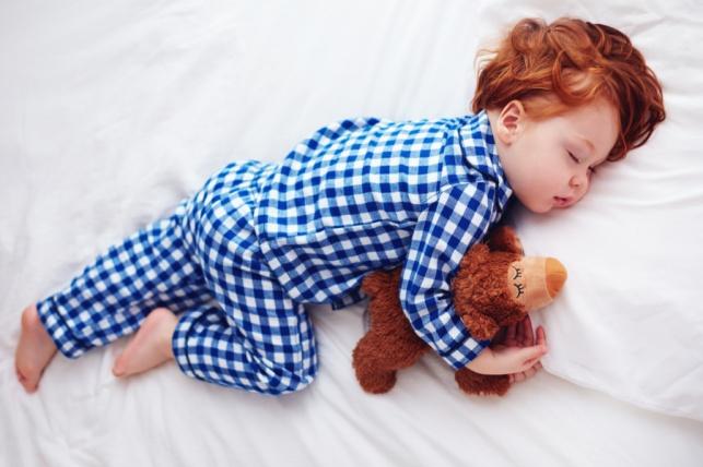 מתי ואיך כדאי לעבור מעריסה למיטת ילדים