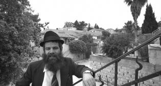 הרב מרדכי ארנון בביתו בשערי חסד