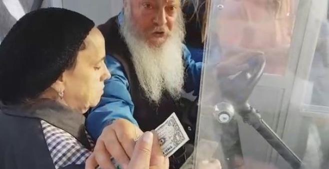 אלמונים חילקו דולרים בשוק מחנה יהודה