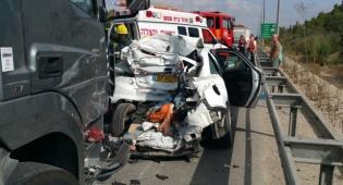 """קצינים בצה""""ל התנגשו במשאית; 5 פצועים"""