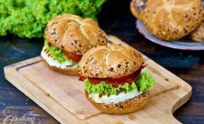 בורגר עם גבינת חלוּמי וירקות - חלוּמי: מי קבע שהמבורגר חייב להיות בשרי?