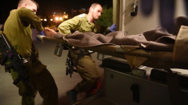"""חיילי צה""""ל מפנים פצועים סורים"""