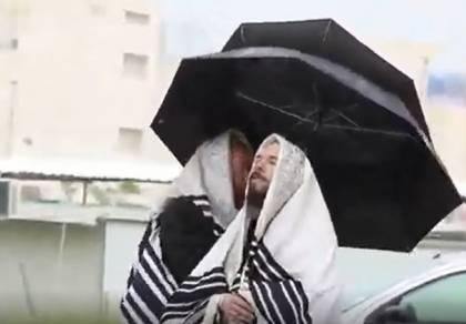 בגשם וברוח: כך התפללו חרדים בבית שמש