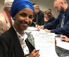 אילחאן עומאר חותמת על מועמדותה לקונגרס