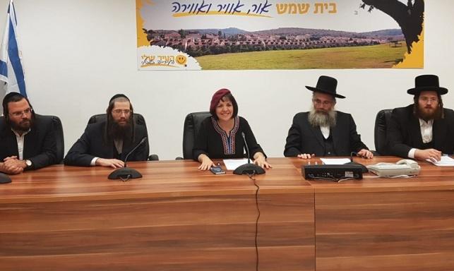 נציג 'אגודה' בעת חתימת ההסכם עם בלוך