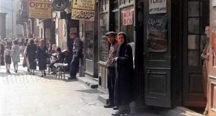 האמן שצבע את תמונות השואה כדי לזעזע