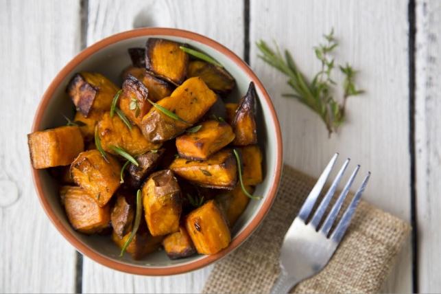 סלט תפוחי אדמה עם טוויסט: מתכון לסלט בטטות עם פינוקים
