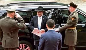 בבורסלינו וחליפה: השגריר הגיש כתב אמנה