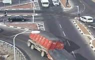 המצלמה תיעדה: כך המשאית התהפכה