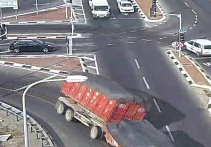 המצלמה תיעדה: כך המשאית התפככה