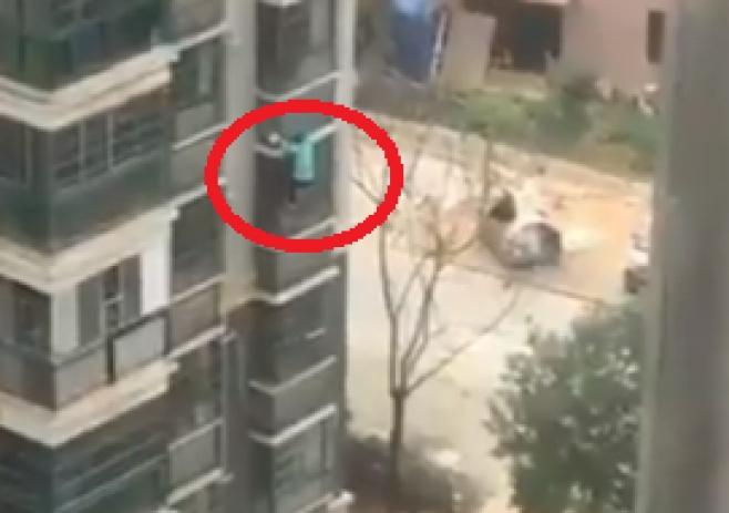האמא הסינית מטפסת בשביל הילדים • צפו