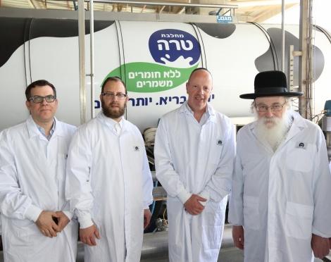 רבני 'אגודת ישראל' במחלבת טרה. ארכיון - 'אגודת ישראל' הסירה את הכשרות מ'טרה'