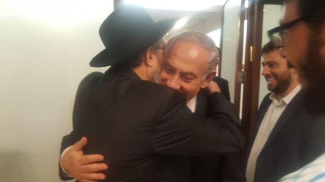הרב דוד נחשון בחיבוק עם ראש הממשלה