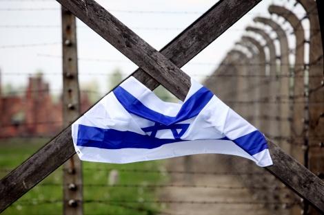 """דגל ישראל באושוויץ - יתד נאמן: """"מדינת ישראל מכחישת השואה"""""""