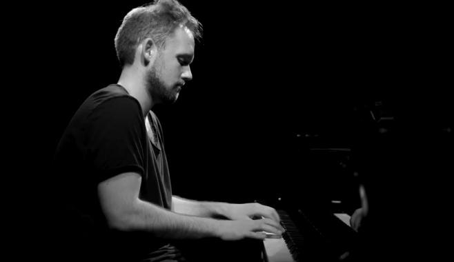 מנדי פורטנוי בביצוע פסנתר ייחודי: באין מליץ יושר