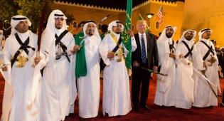 """טראמפ עם מנהיגים ערבים בסעודיה - קטאר מרגיעה: המסחר במט""""ח מתנהל כסדרו"""