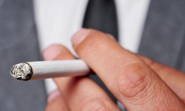 מעשנים מעדיפים סיגריות על ילדיהם