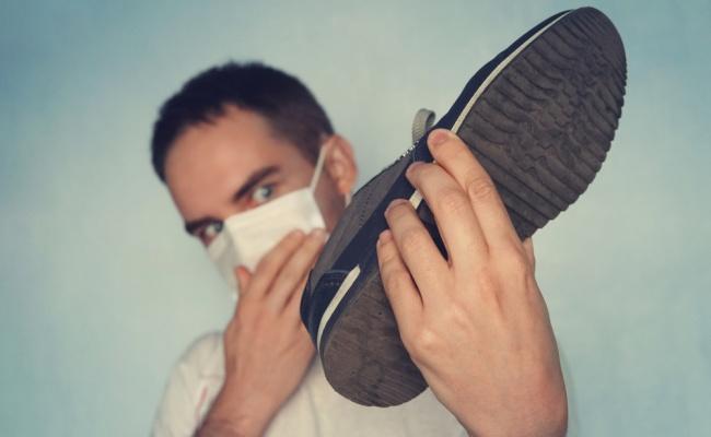 הפתרון המפתיע להפגת ריח רע מנעליים: ג'ל חיטוי לידיים