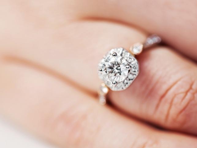 """אזהרה מפני """"הצעות נישואין"""" על ידי מסירת טבעת. אילוסטרציה"""