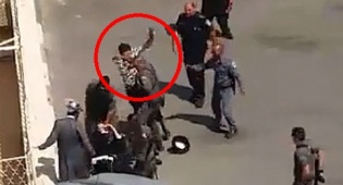 צפו: שוטר מכה אישה מבוגרת