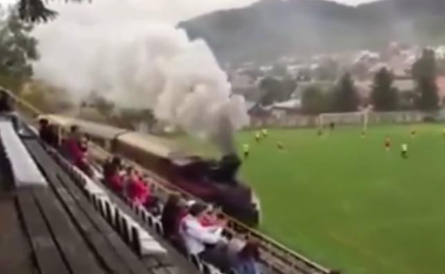 צפו: כשרכבת עוברת באמצע מגרש כדורגל