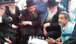 משלחת הרבנים בבית משפחת יפרח באלעד