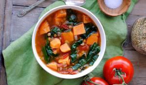 מרק בטטות ועדשים עם עגבניות ותיבול עשיר