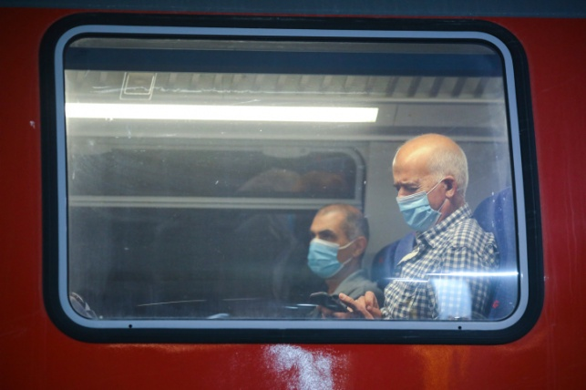 נוסעים ברכבת בימי הקורונה. אילוסטרציה