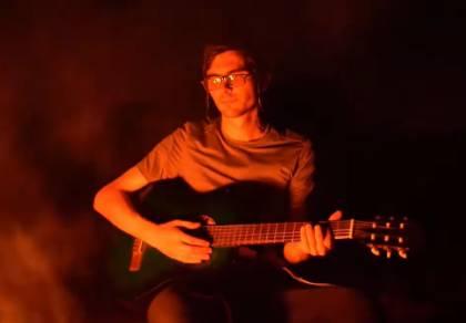 """הגיטריסט שלומי ברנשטיין במחרוזת """"ניגוני מנדל"""""""