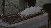 מיטתו של הילד, בבית הלוויות - הילד הגיע עם חום לרופא, התמוטט - ונפטר