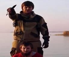 """פעיל דאע""""ש בפעולה. אילוסטרציה - אלכסנדר ערק לדאע""""ש; אחותו - """"אני בשוק"""""""