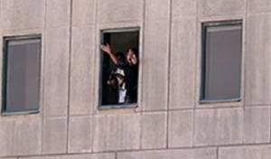 אחד המחבלים נראה מחלון הפרלמנט, מנופף כנראה בבן ערובה - קבר חומייני והפרלמנט: 12 הרוגים מפיגועים