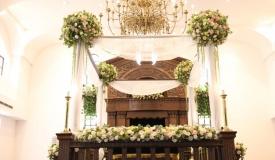 מפואר: בית הכנסת של הייקים מקושט לחג