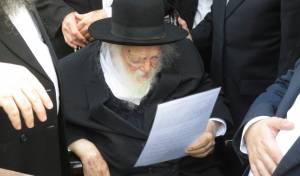 מרן שר התורה עלה לקברה של הרבנית. צפו