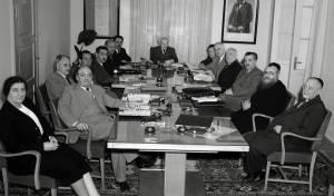 ישיבת ממשלה בראשות דוד בן גוריון. שני מימין: הרב לוין
