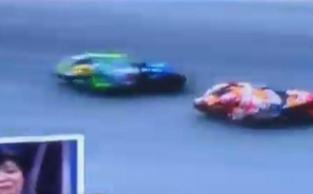 באמצע מירוץ: הרוכב בעט ביריב וגרם לתאונה