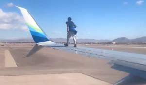 מטורף: טיפס על כנף מטוס רגעים להמראה