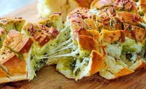 קוביות לחם עם גבינה ופסטו עסיסיות - קוביות לחם נתלשות עם גבינה ופסטו שאסור לפספס