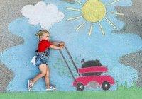 צילומי ילדים מרהיבים על רקע ציורי גירים ענקיים