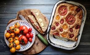 לחם עגבניות תוצרת בית. תכינו את החמאה - לאפות את הכריך והתוספות בתבנית אחת