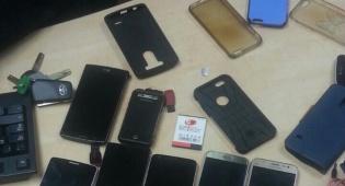 המכשירים שנתפסו - נכנס לאולם כאורח וגנב עשרות סלולריים