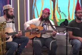 החברים משער יפו שרים באולפן כיכר השבת