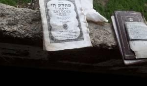 ספרי קודש ותפילין התמלאו בבואש • צפו