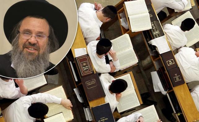 """ראש הישיבה הגר""""ד כהן ותלמידים בישיבת חברון"""