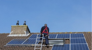 אושרו הקלות לייצור חשמל על גגות הבתים